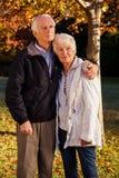 夫妇拥抱的前辈 库存图片