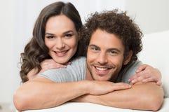 夫妇拥抱年轻人 免版税图库摄影
