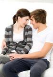 夫妇拥抱年轻人 免版税库存照片