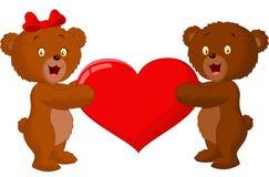 夫妇拿着红色心脏的婴孩熊 免版税库存图片