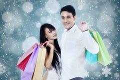 年轻夫妇拿着购物袋 免版税库存照片