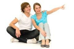 夫妇指向少年 免版税库存图片
