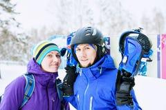 夫妇挡雪板高兴并且是高兴的 免版税库存照片