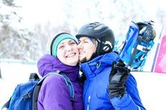 年轻夫妇挡雪板高兴并且是高兴的 免版税库存图片