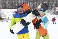 年轻夫妇挡雪板高兴并且是高兴的 库存图片