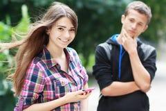 夫妇挥动的年轻人 免版税库存照片