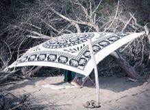 夫妇掩藏在海滩 库存照片
