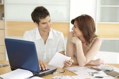 夫妇提供经费给愉快的厨房 免版税库存图片