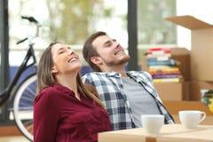 夫妇放松和移动的房子 库存图片