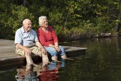 夫妇放松的前辈 免版税库存图片