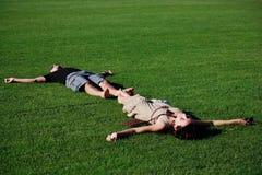 夫妇放松的年轻人 库存图片