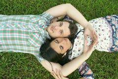 夫妇放牧位于的年轻人 免版税库存照片