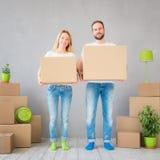 夫妇新的家庭移动的天议院概念 库存图片