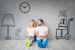 夫妇新的家庭移动的天议院概念 免版税图库摄影
