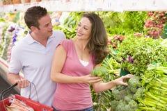 夫妇新鲜农产品购物年轻人 免版税图库摄影