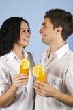 夫妇新鲜的愉快的汁液橙色年轻人 免版税库存照片