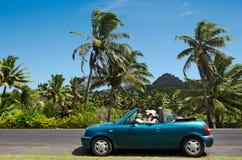 夫妇旅行乘汽车在热带海岛 库存照片