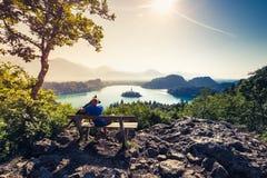夫妇旅行家在斯洛文尼亚流血湖 免版税库存照片