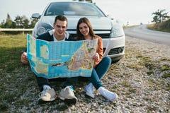 夫妇旅行的年轻人 免版税库存图片