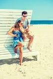 年轻夫妇旅行,放松在海滩在新泽西,美国 库存图片