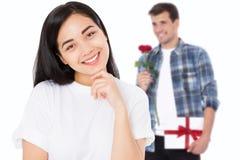 夫妇日例证爱恋的华伦泰向量 有花和礼物盒的男朋友 有在白色背景隔绝的健康皮肤的美丽的亚裔女孩 年轻 免版税库存照片