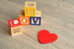 夫妇日例证爱恋的华伦泰向量 爱拼写与五颜六色的字母表块和a 库存图片