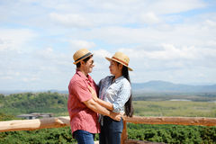 夫妇显示爱的和愉快任何地方旅行 图库摄影