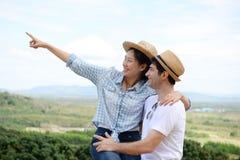 夫妇显示爱的和愉快任何地方旅行 免版税库存图片