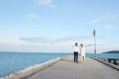 夫妇显示爱的和愉快任何地方旅行 免版税库存照片