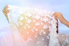 夫妇显示爱的和愉快任何地方旅行 免版税图库摄影