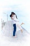 夫妇显示爱的和愉快任何地方旅行 库存照片