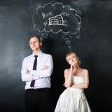 夫妇最近结婚了 新郎和新娘,一起做计划,概念 作梦他们的家 库存照片