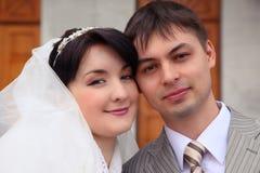 夫妇最近结婚的纵向 免版税库存照片