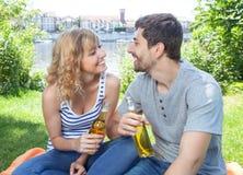 年轻夫妇有一顿野餐 库存照片