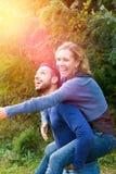 夫妇有乐趣的服装公园减速火箭的年轻人 免版税库存照片