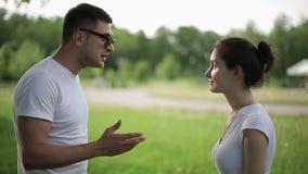年轻夫妇有战斗在夏天公园 股票视频