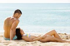 夫妇有日期在海滩 库存照片