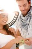 夫妇有日的订婚夏天晴朗的年轻人 免版税库存照片