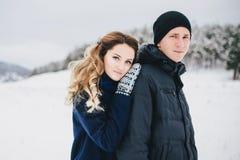 年轻夫妇有步行在多雪的乡下 库存照片
