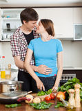 夫妇有调情的人在厨房 库存照片