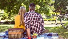 夫妇有野餐在公园 免版税库存图片
