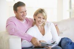 夫妇杂志放松的微笑 免版税库存照片
