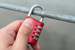 夫妇桥梁,在桥梁栏杆的锁 库存照片