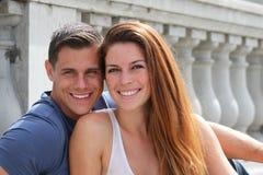 年轻夫妇桥梁 免版税库存照片