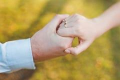 夫妇森林递爱 免版税库存图片