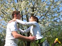 夫妇欢迎的年轻人 图库摄影