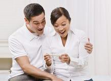 夫妇欲死欲仙的查找的妊娠试验 免版税库存图片