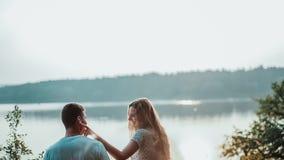 年轻夫妇步行向河岸 影视素材