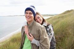 夫妇沙丘沙子走的年轻人 图库摄影