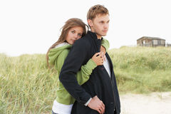 夫妇沙丘浪漫常设年轻人 免版税图库摄影